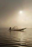在雾外面的渔夫 库存图片