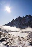 在雾峰顶之上 免版税库存照片