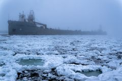 在雾期间的一艘驳船在密歇根湖 库存照片
