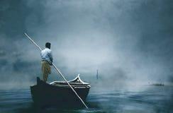 在雾的一条人骑马小船 免版税库存照片