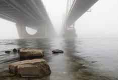 在雾的两座桥梁 库存图片