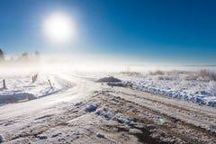 在雾的冬天横向与路 免版税库存照片