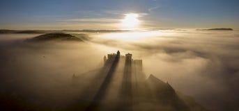 在雾的大别墅贝纳克在清早佩里戈尔努瓦尔多尔多涅省法国 免版税图库摄影