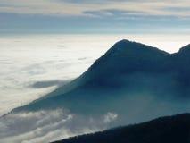 在雾的天空在计划 免版税库存图片