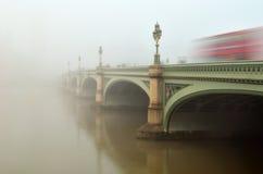 在雾的威斯敏斯特桥梁 库存图片