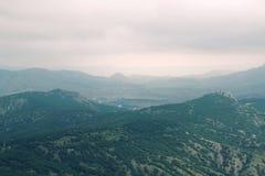 在雾的小山 免版税库存照片