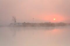 在雾的小船在泰晤士河。 免版税图库摄影