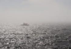 在雾的小船 免版税图库摄影