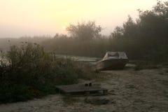 在雾的小船 免版税库存图片
