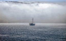 在雾的小船 库存照片