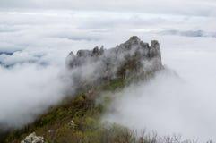 在雾的山在多云秋天下午 图库摄影