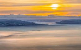 在雾的山,阴霾 冬天雾 库存图片