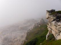 在雾的峭壁 库存图片
