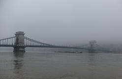 在雾的布达佩斯多瑙河桥梁 库存照片