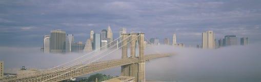 在雾的布鲁克林大桥与纽约地平线 免版税图库摄影
