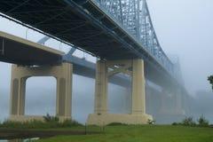 在雾的悬臂桥在密西西比河 免版税图库摄影
