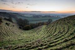 在雾的惊人的日出在乡下风景分层堆积 图库摄影