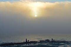 在雾的日落 库存照片