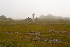 在雾的木十字架 库存图片