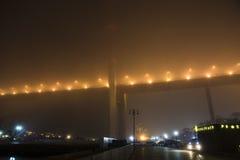 在雾的桥梁,在海湾 免版税图库摄影
