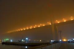 在雾的桥梁,在海湾 库存照片