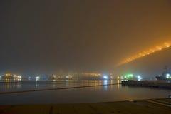 在雾的桥梁,在海湾 免版税库存图片