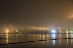 在雾的桥梁,在海湾 免版税库存照片