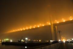 在雾的桥梁,在海湾 库存图片