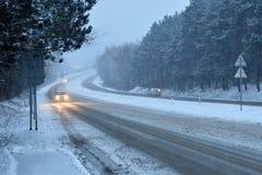 在雾的汽车 坏冬天天气和危险交通在路 在雾的轻型车辆 免版税库存照片