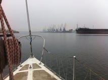 在雾的游艇 库存照片