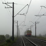 在雾的火车 图库摄影