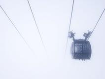 在雾的缆车 库存照片