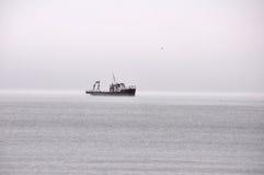 在雾的船 免版税库存照片