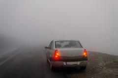 在雾的被停止的汽车 库存照片