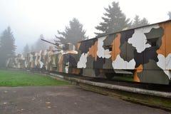 在雾的装甲列车 免版税图库摄影
