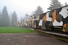 在雾的装甲列车 免版税库存图片