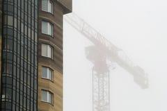 在雾的起重机 免版税库存照片
