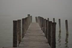 在雾的跳船 免版税图库摄影