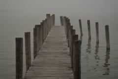 在雾的跳船 库存图片