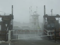 在雾的轮渡着陆 免版税图库摄影