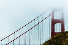 在雾的金门海峡桥梁 图库摄影