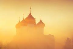 在雾的金黄圆顶在作为背景的阳光下 冬天冷淡的有薄雾的早晨 免版税库存照片