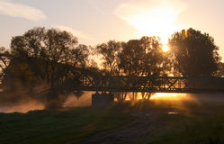 在雾的铁路桥 免版税库存图片