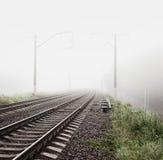 在雾的铁路 使有薄雾的早晨环境美化 免版税库存图片