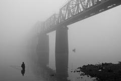 在雾的铁路 库存图片