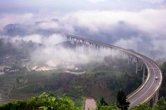 在雾的高速公路高架桥 库存图片