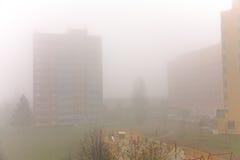 在雾的活动房屋 免版税库存照片