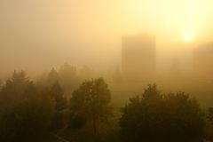 在雾的活动房屋 库存照片