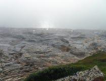 在雾的离开的海滩 库存照片