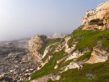 在雾的黄色峭壁 免版税库存照片